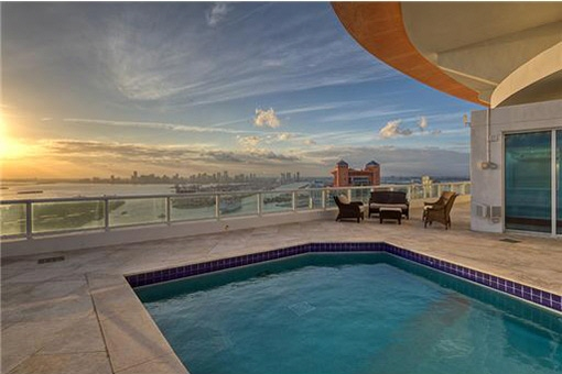 Piscina bonita con vistas a las azoteas de Miami Beach
