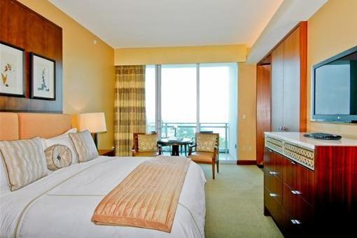 Dormitorio de lujo con vista al mar