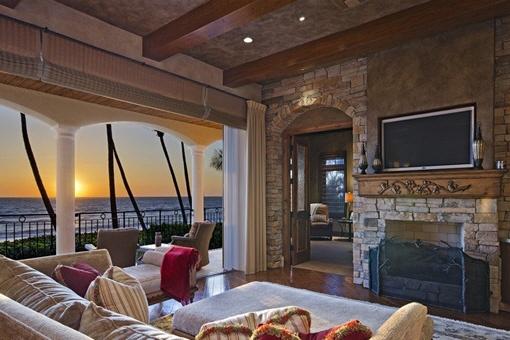 Sala de estar con chimenea y vistas