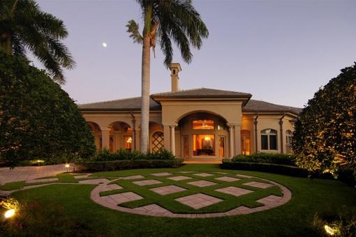 Villa única con jardín y palmeras