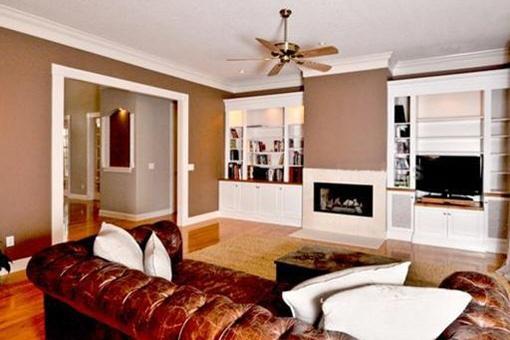 Amplia sala de estar con chimenea