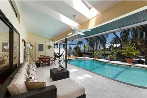 Terraza espaciosa con mosquitera y piscina