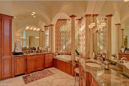 Baño lujoso completamente amueblado