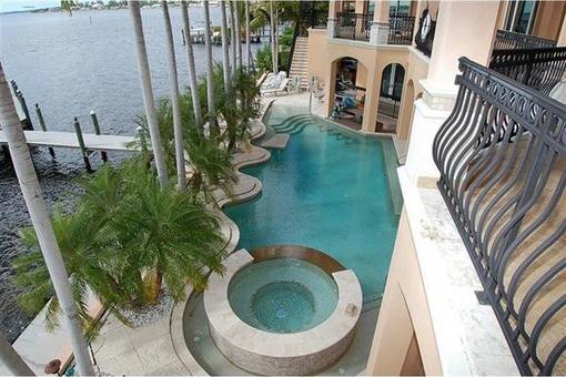 Vista desde el segundo piso a la piscina y el muelle